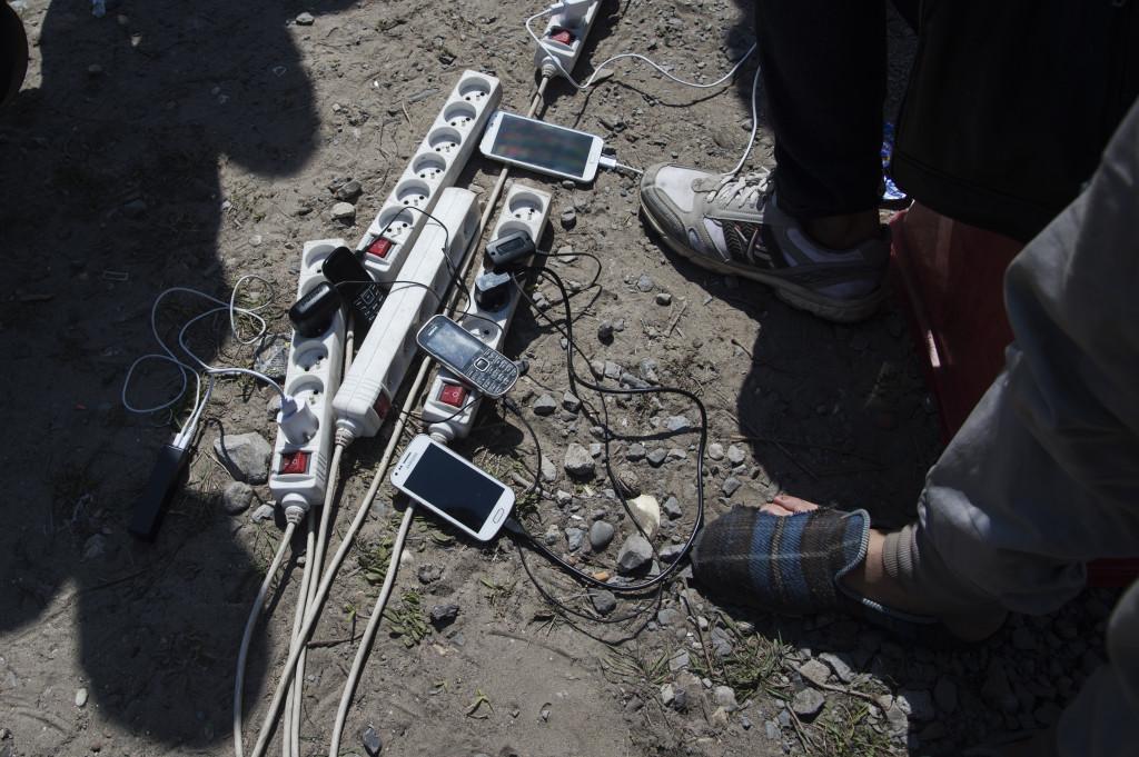 Varje dag kommer en man fråŒn Calais till lägret med en generator föšr att hjäŠlpa flyktingarna att ladda sina mobiler – som Šär deras enda kontakt med omvŠärlden.