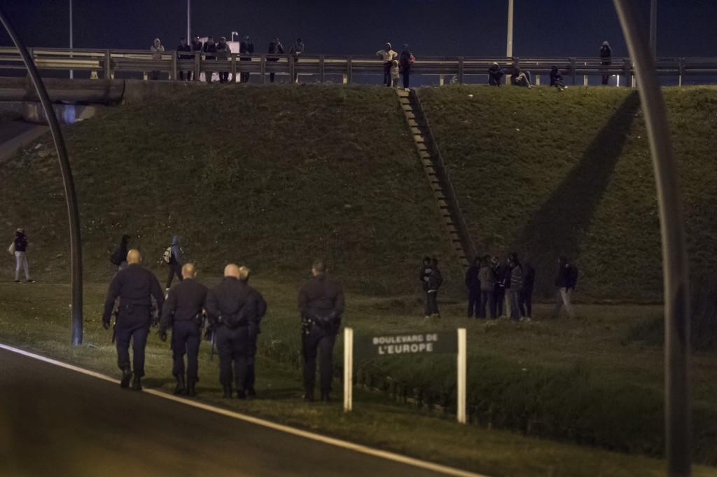 De flesta som försöker ta sig ombord på lastbilarna eller tågen blir bortjagade av poliser med ficklampor och hundar. Men nästa natt försöker de igen.