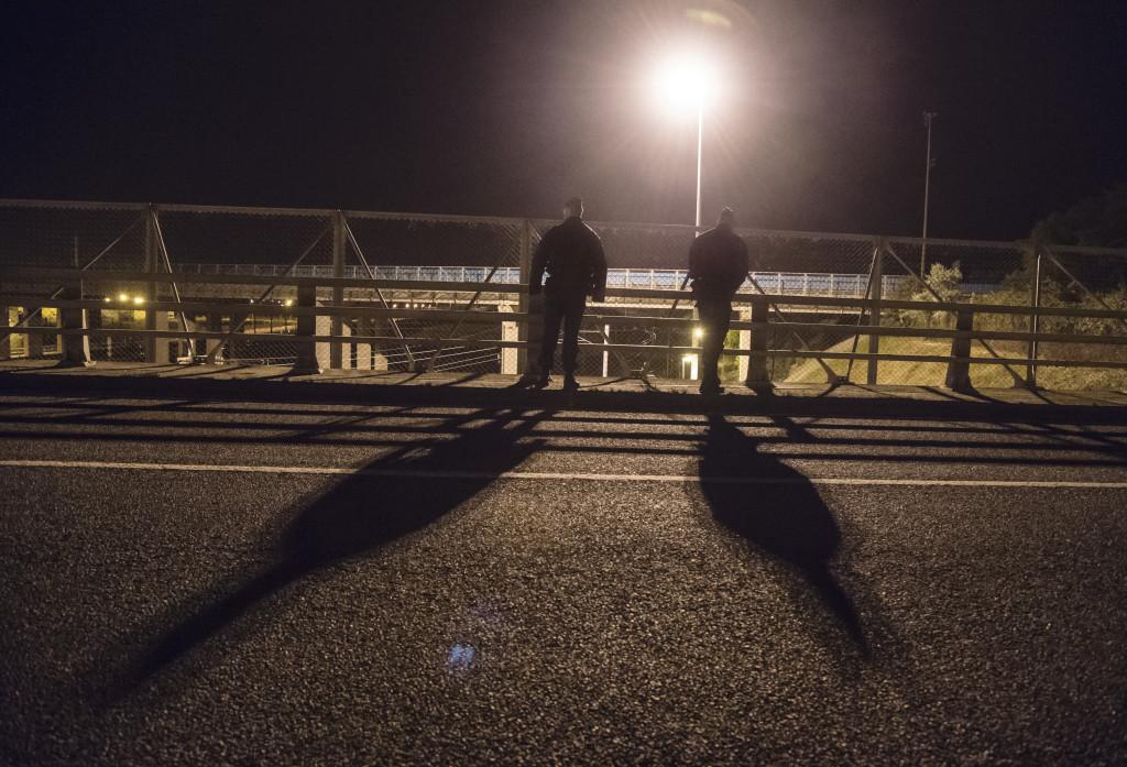 Fransk kravallpolis vaktar jŠärnväŠgsspåŒren som gåŒr genom tunneln mot England för att förhindra att migranter hoppar ner på tågen.