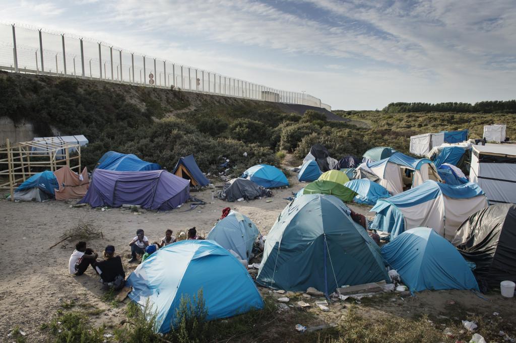 Migrantlägret består av riktiga tält såväl som hemsnickrade gjorda av pålar, presenningar och soppåsar.